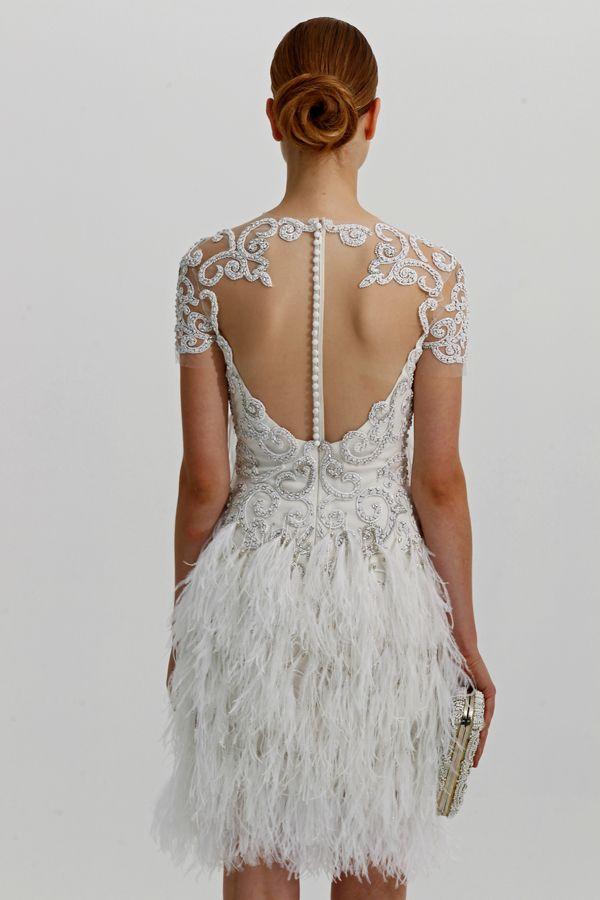 plumas y pedrería en este vestido de novia corto | novia de corto