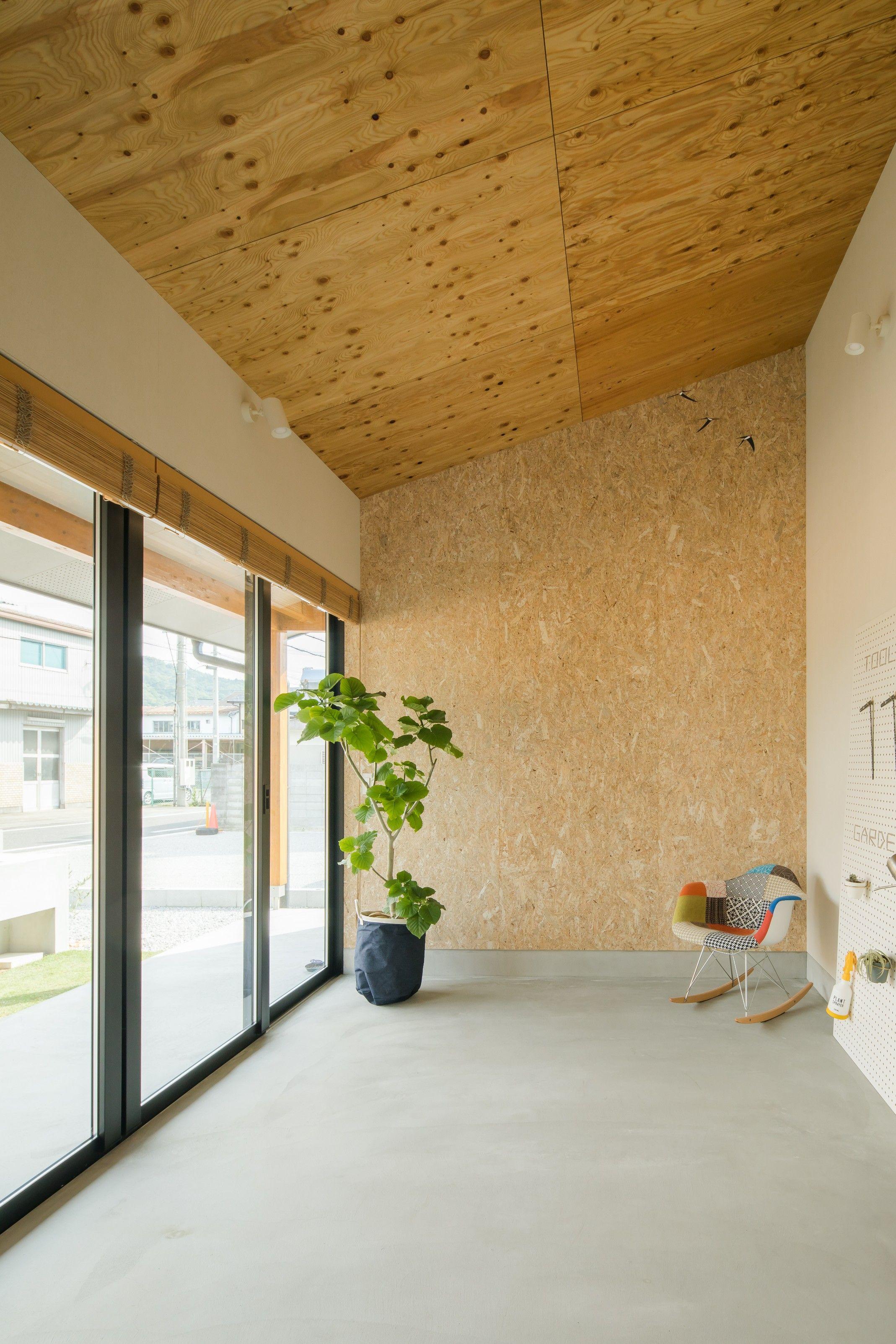 木をあしらった 玄関 フロア兼用の土間の天井 ルポハウス 設計事務