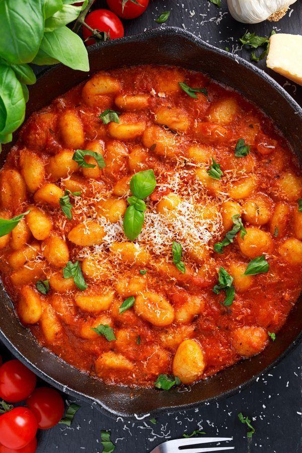 Diese gesunde Gnocchi Pfanne ist einfach zu machen und lecker würzig. Der italienische al arrabiata...
