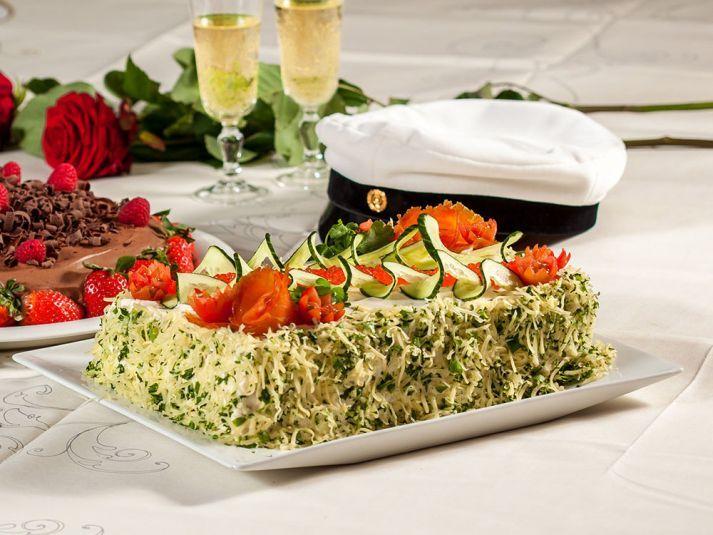 Juhlapöydän kunkku on kaunis voileipäkakku!  #cremebonjoursuomi #cremebonjour #juhla #voileipäkakku #kalakakku #lohikakku #tuorejuusto www.cremebonjour.fi