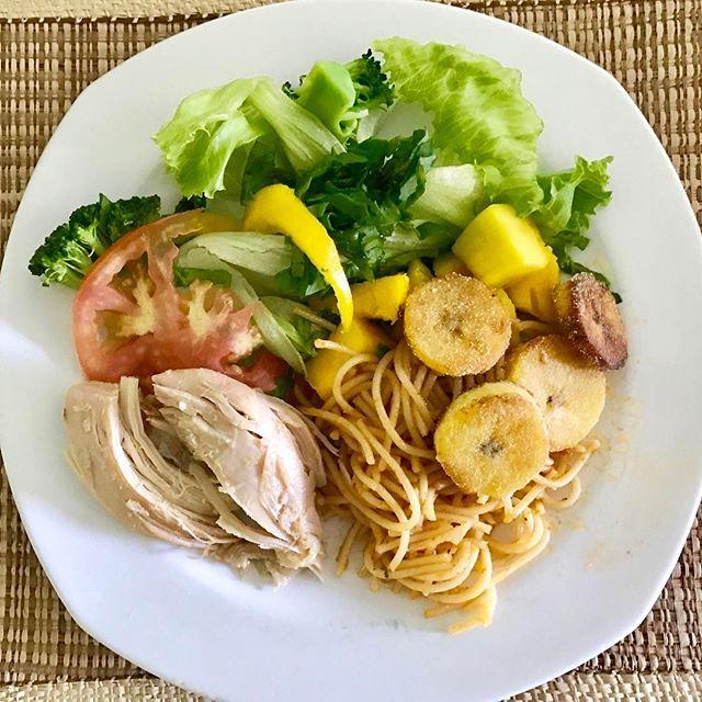 #almoço, #lunchtime, #salada, #alface, #pimentãoamarelo, #tomate, #brocolis, #espaguete , #peitodefrangoassado, #bananadaterrafrita, #comidademae, #temperodemae, #feitocomamor , #saudeemfoco, #foconameta👊💪 , #equilibriosempre , #vemcarnaval, #carnavalemsalvador , #camarotesalvador2017 .