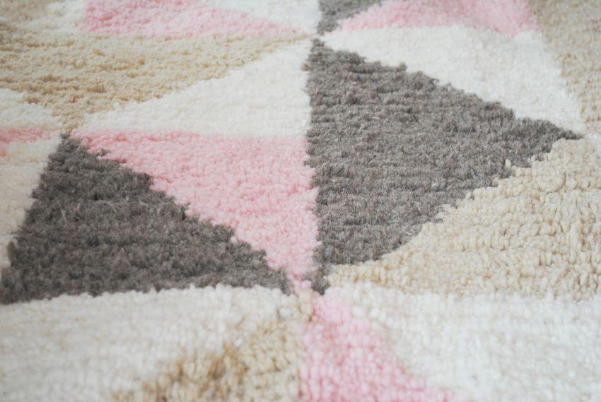 tapis artisanal sur mesure rose taupe beige et blanc motif scandinave tapis chambres d. Black Bedroom Furniture Sets. Home Design Ideas