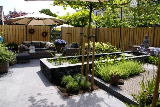 strakke tuin met verhoogde vijver vijvers en
