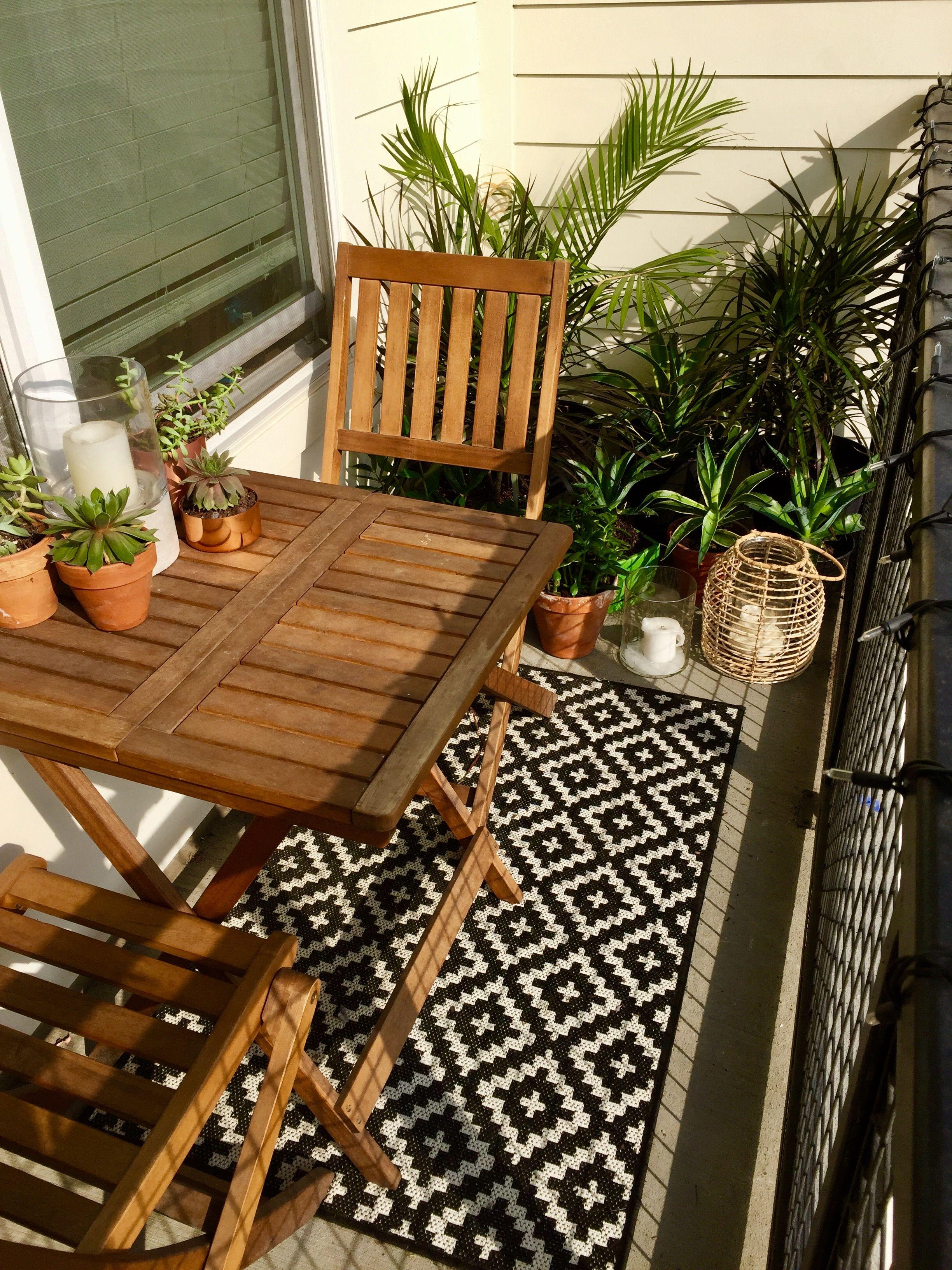 Plantes Succulentes Et Tropicales Sont Au Rendez Vous De Ce Petit Balcon En Ville La Table Et Chaise P Apartment Balcony Garden Ikea Patio Small Balcony Decor