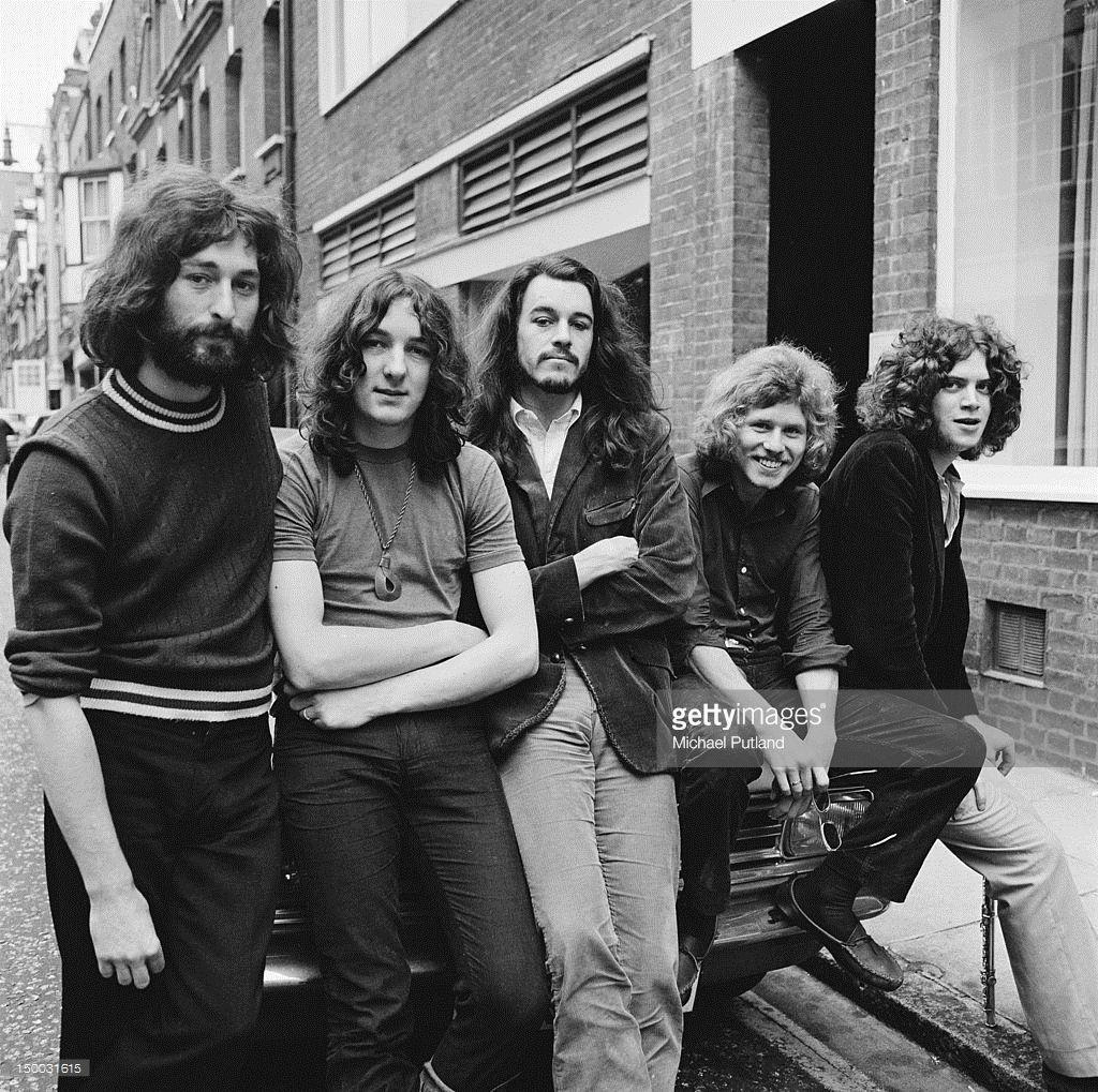 fabrikspris bäst billig halv av British rock group Supertramp outside the Revolution Club, London ...