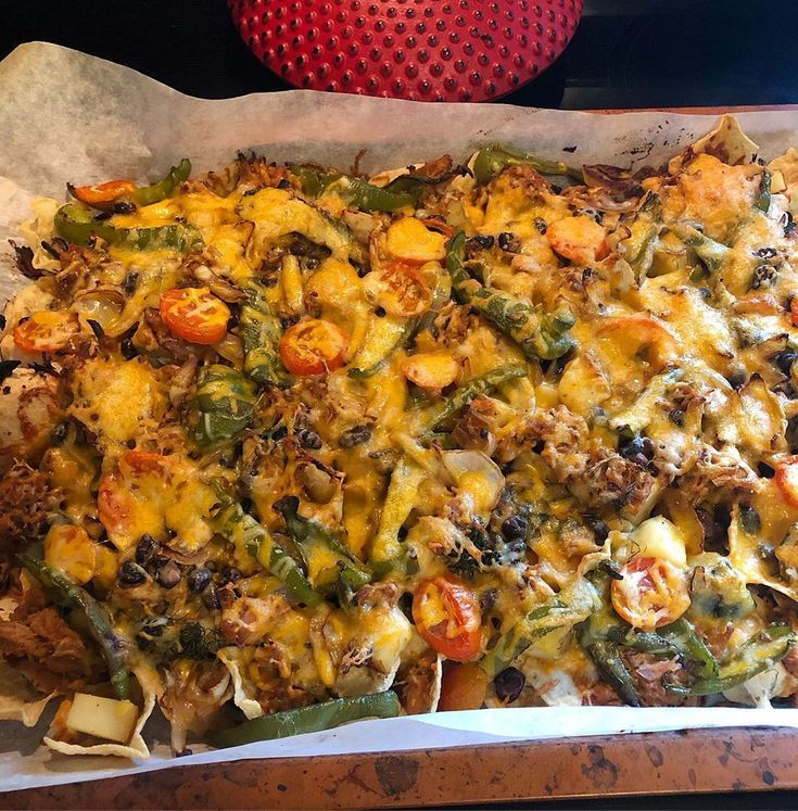 tomatoes and peppers Loaded nachos for the win 🙌🏻 Tortillas layered with teriyaki pulled pork, ...        Geladene Nachos für den Sieg - Tortillas mit Teriyaki-Pulled-Schweinefleisch, Paprika, Zwiebeln, Kürbis, Kartoffeln, Tomaten und Cheddar-Käse - Auch die meisten dieser Gemüse kamen aus dem Garten und machten es super herzhaft und lecker. . . .