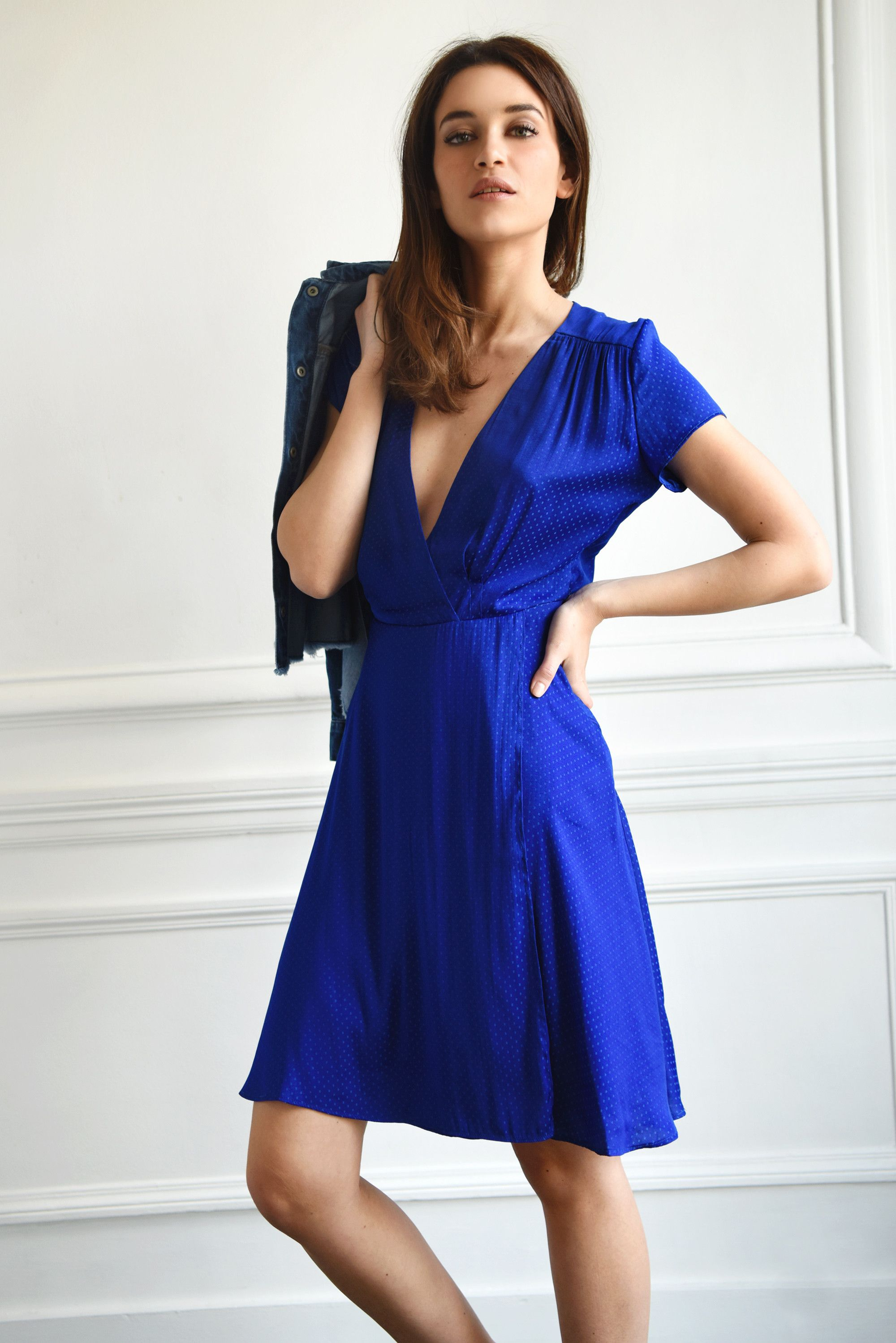 Robe bleue roi satin damassé Les Petites… au tissage jacquard et manches  courtes, robe portefeuille et col V au décolleté profond avec lien à nouer  à la ...