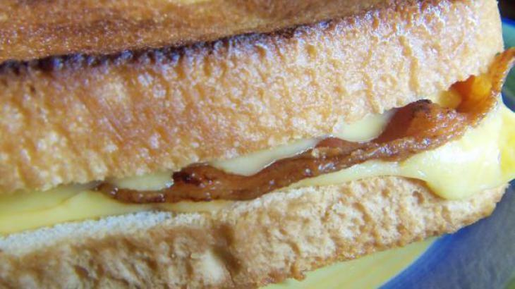 Simple Bacon-Cheddar Sandwich