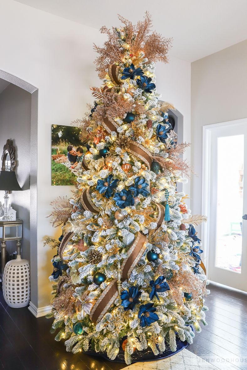 Upgrade Your Christmas Tree Game With These Decorating Ideas Gold Christmas Tree Decorations Amazing Christmas Trees Christmas Tree Decorations