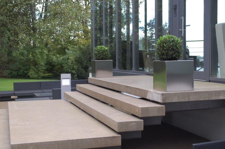 pflanzk bel edelstahl quadratisch vor hauseingang sehr modern und schick pflanzk bel. Black Bedroom Furniture Sets. Home Design Ideas