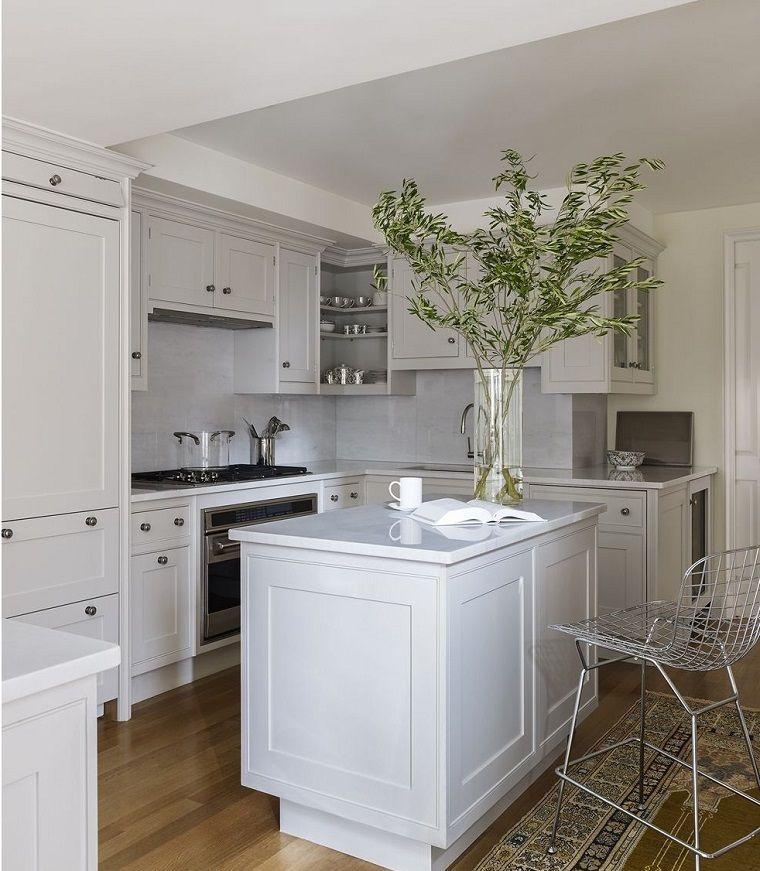 Come arreda la cucina piccola con mobili salvaspazio, idea con isola ...