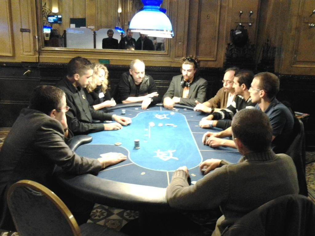 Demi finales... Fanny siège 1, Olivier siège 3 et Skander siège 5 et Tony siège 6 @Aces_up_poker