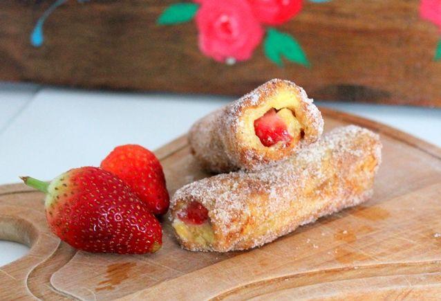 french rolls: A receita varia do french toast - do inglês torrada francesa, que tradicionalmente é mergulhada em leite ou creme de leite e ovos. Te lembrou
