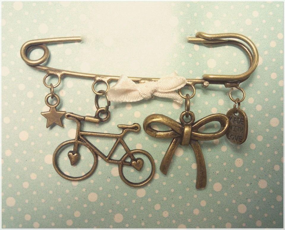 Buenas tardes!! Hoy tengo el placer de enseñarte este nuevo broche bicicletil y romanticón. Espero que te guste!!  Si quieres el tuyo, no dudes en escribirme a buttercat.chowi@gmail.com