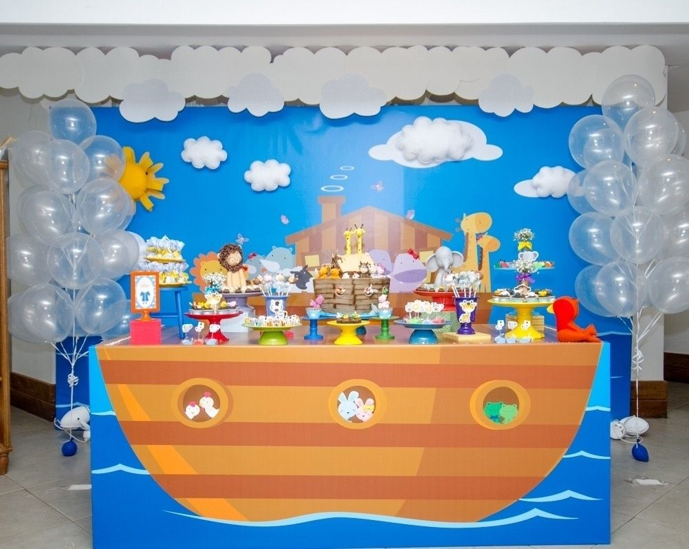 Arco de bexigas é passado; veja como decorar a parede atrás da mesa do bolo