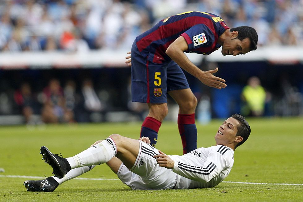 El delantero del Real Madrid, Cristiano Ronaldo y el centrocampista Sergio Busquets, durante el partido.  ÁLVARO GARCÍA  Real Madrid 3 - Barcelona 1: El clásico, en imágenes | Fotografía | EL PAÍS