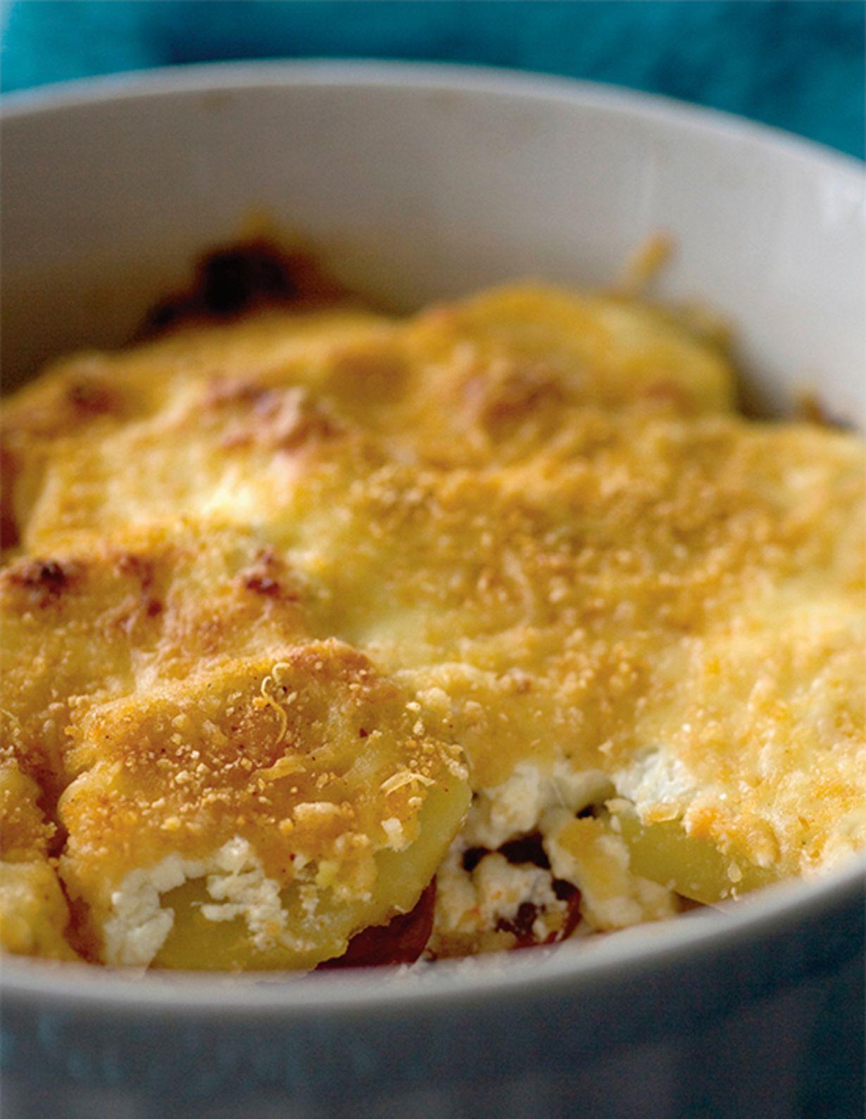 Keitä perunat kuorineen ja jäähdytä. Kuori ja leikkaa viipaleiksi. Keitä munat, jäähdytä kylmässä vedessä, kuori ja viipaloi. Viipaloi myös makkara...