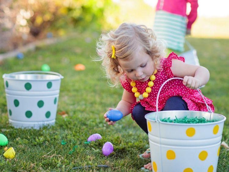 Basteln Am Kindergeburtstag Einladung Deko Und Spiele Mit Osterhasen Easter Buckets Easter Kids Easter Eggs