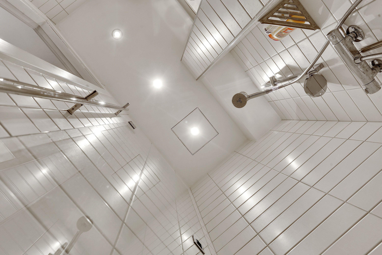 Nyt lille badeværelse på 1½ m2 med hængetoilet, hvor cisternen er ...