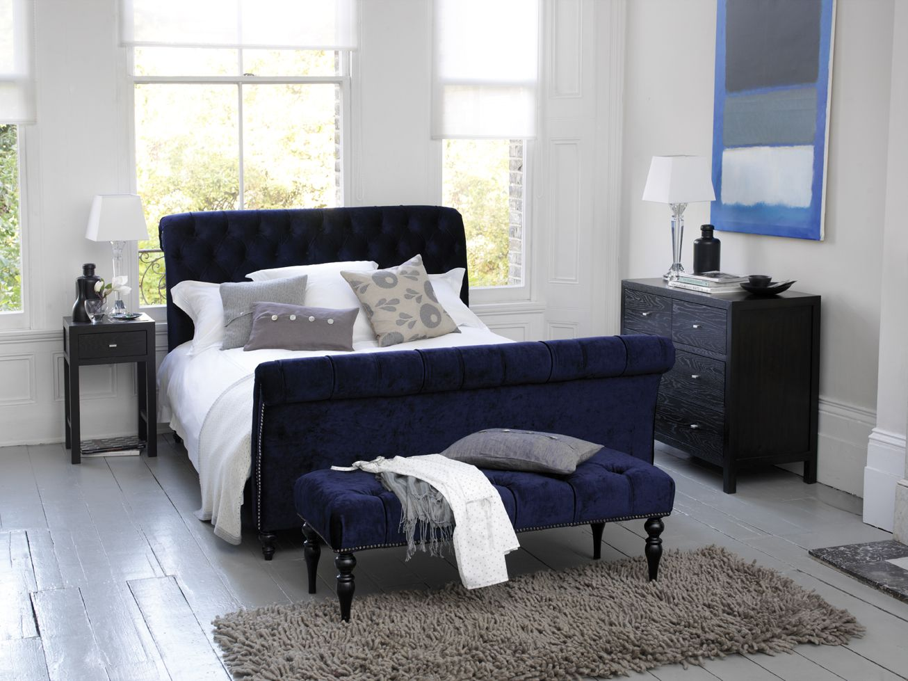 White bedroom with midnight blue bed Dunkelblaues