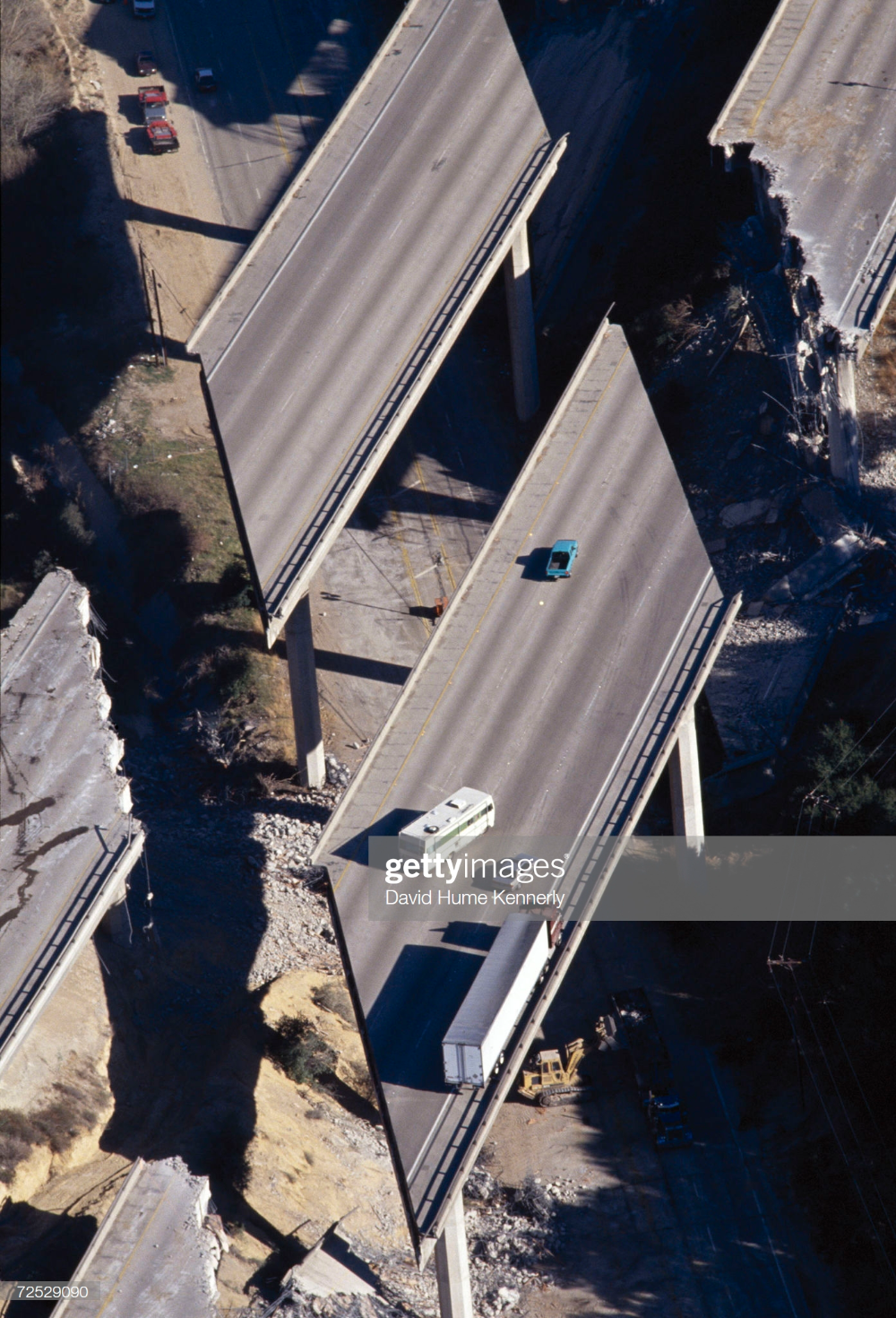 Vehicles Are Stranded On Interstate 5 January 17 1994 After The In 2020 Northridge Earthquake Natural Disasters Northridge
