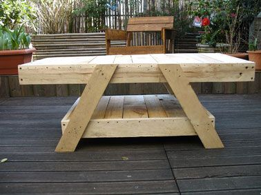 Table de salon de jardin faite en palette bois pallets - Table de jardin en bois de palette ...