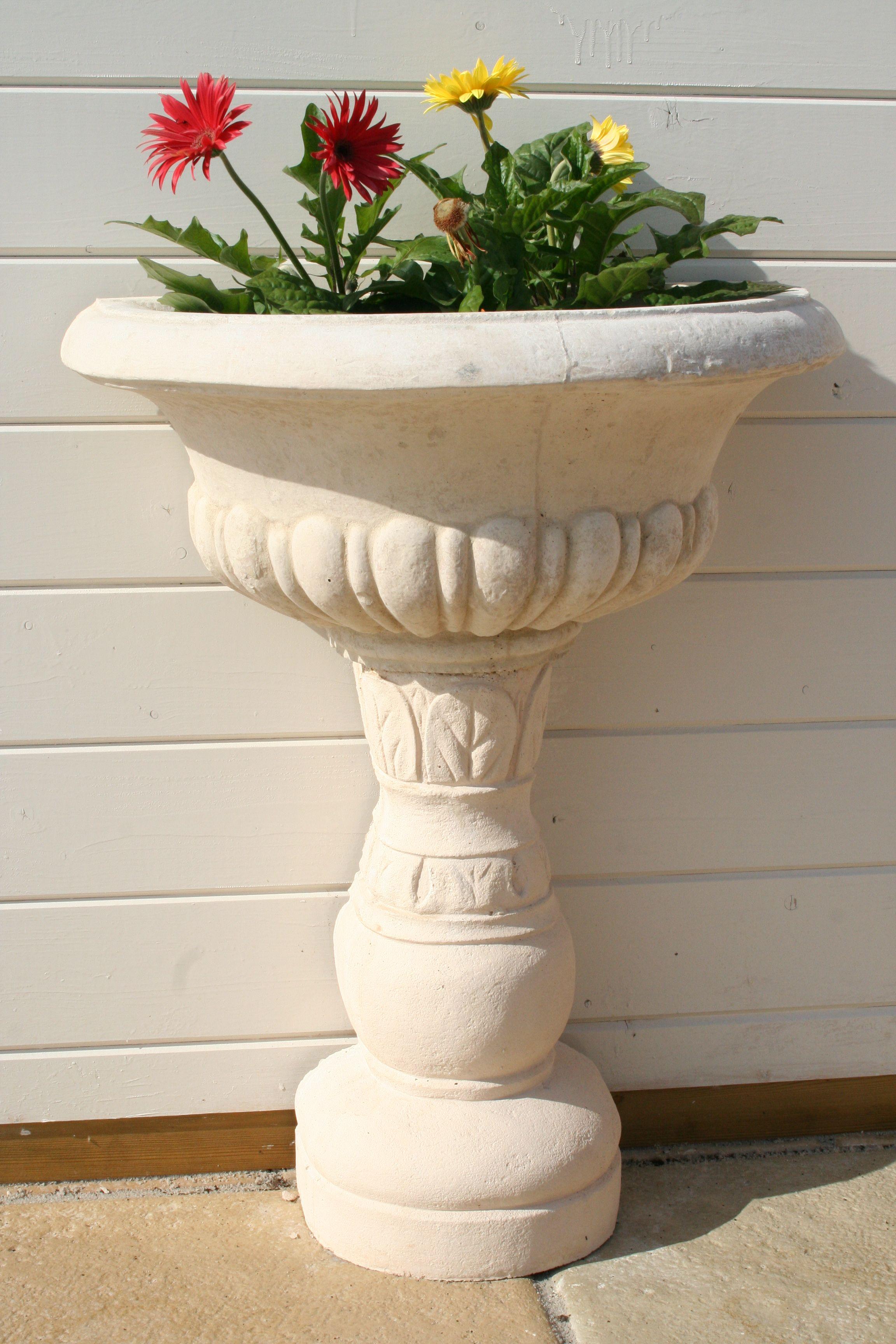 Aménagement et décoration de jardin. Vasque de jardin mouluré, sur ...