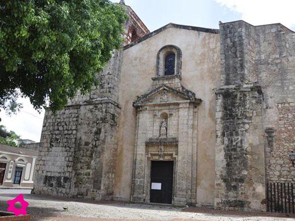 Iglesia de Las Mercedes patrona del pueblo dominicano: La amplitud y elegancia de la obra colonial se presta perfectamente para realizar bodas religiosas que muchas veces son celebradas en la misma plaza de la iglesia.