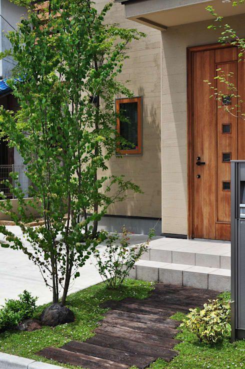 新美園が手掛けた玄関前の小さな自然 市川市 玄関 グリーン 玄関