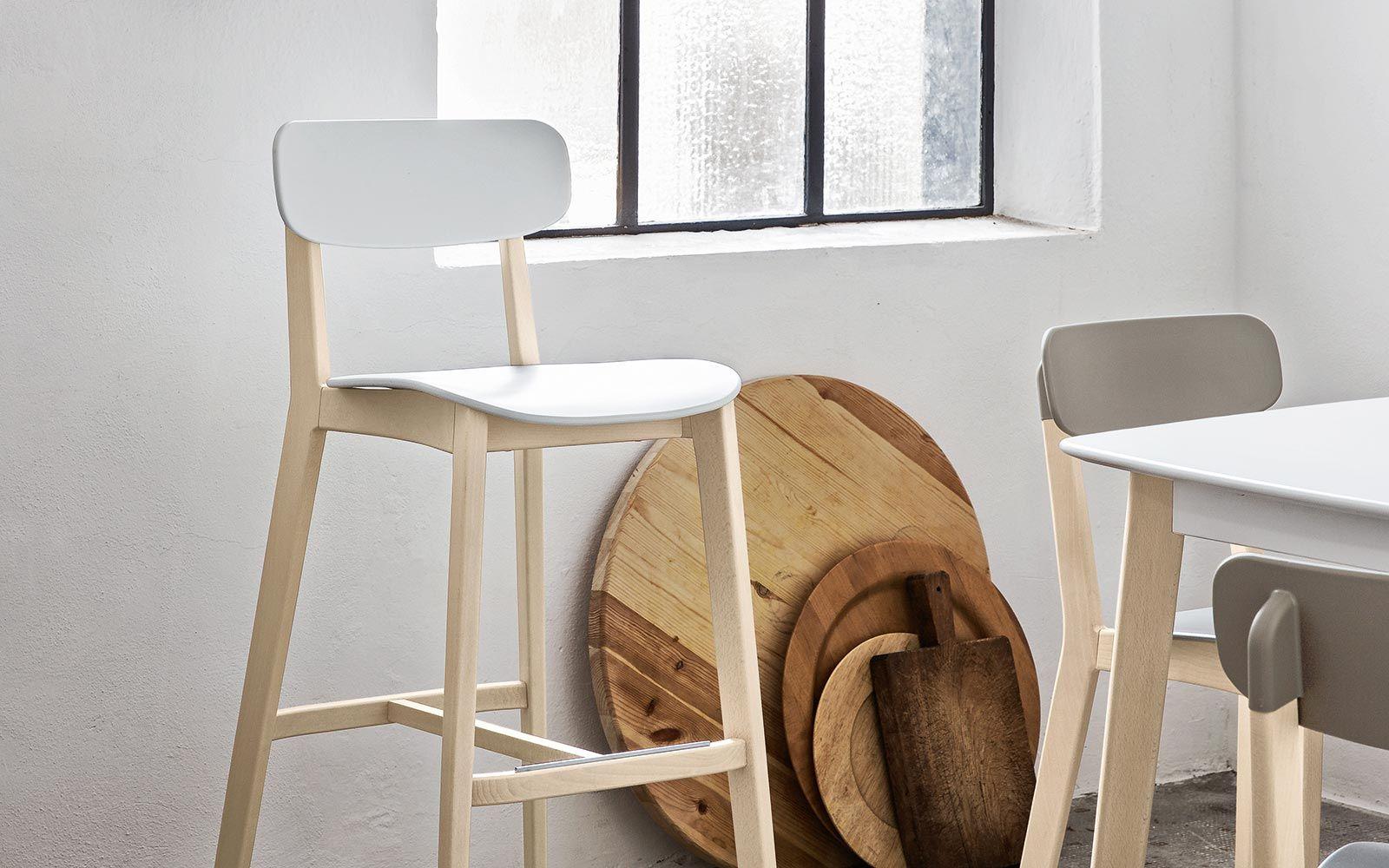 Sgabello in legno con seduta schienale in polipropilene cream