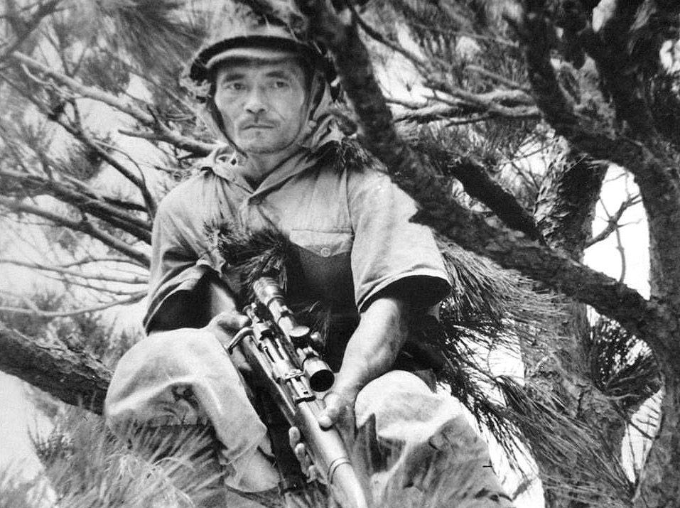 Um franco-atirador japonês em uma árvore (1942)