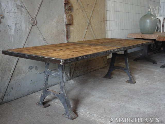 Industriële eettafel Tafel met gietijzeren onderstel, oud