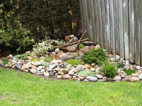 garten design mit einer deko aus kleinen steinen gr nen pflanzen und baumzweigen 53. Black Bedroom Furniture Sets. Home Design Ideas