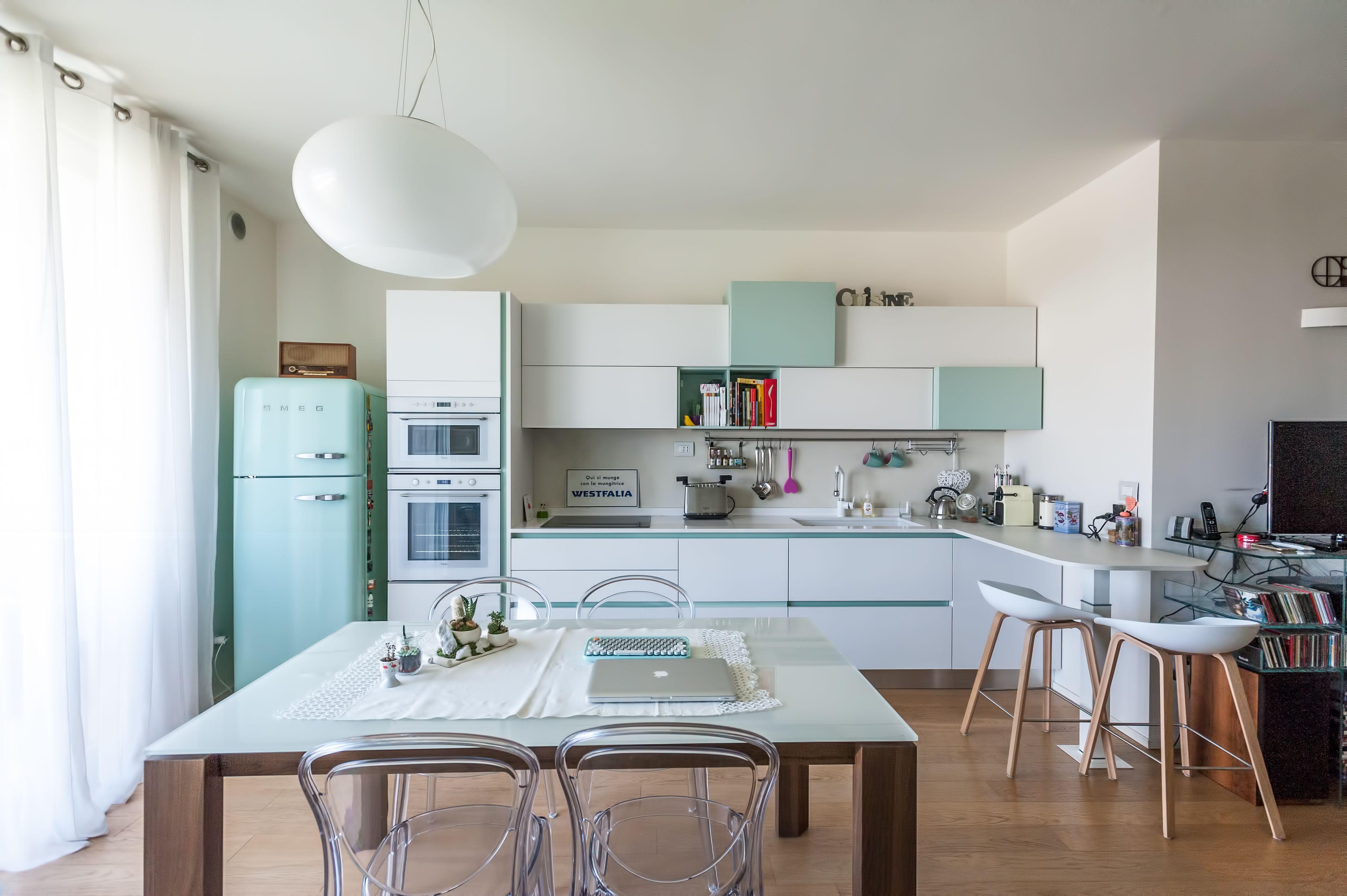 Cucina Lube Immagina - inserti colore Salvia - Frigo Smeg verde ...