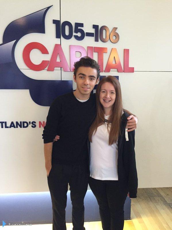 Nathan com fã (@joannexclarke) durante sua turnê em rádios na Inglaterra. (30 out.)