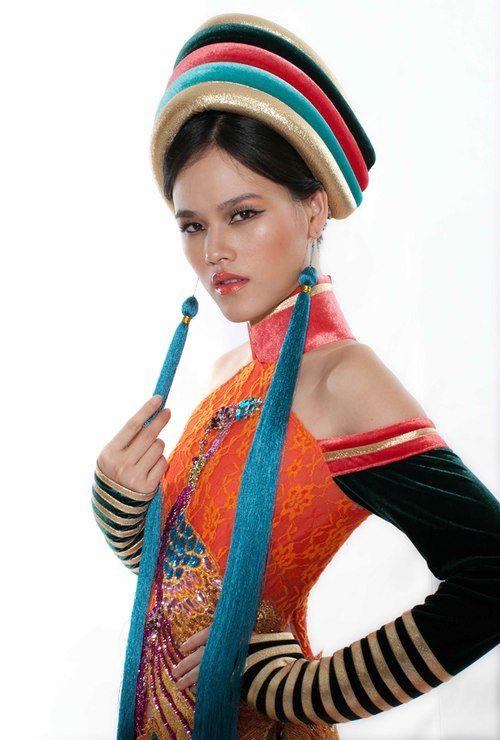 Chiếc mấn đội đầu của cô cũng được sáng tạo từ kiểu khăn đội đầu trong ngày cưới của thiếu nữ dân tộc Dao.