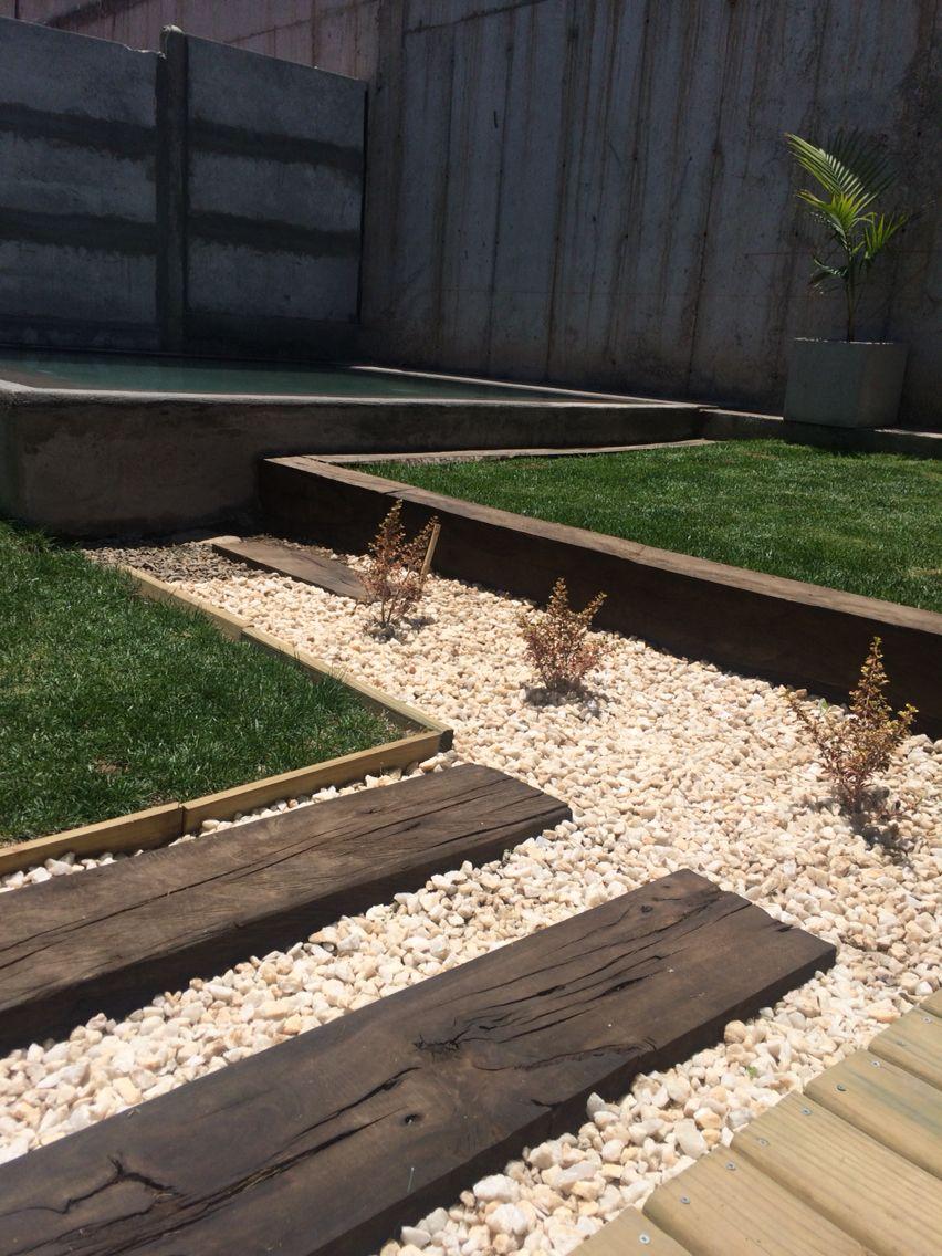 Madera Durmientes Y Cuarzo Para Un Jardin Moderno Front Yard