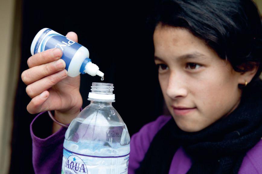 Drie druppels per liter. Een half uur wachten en je kunt het water uit een beekje drinken.