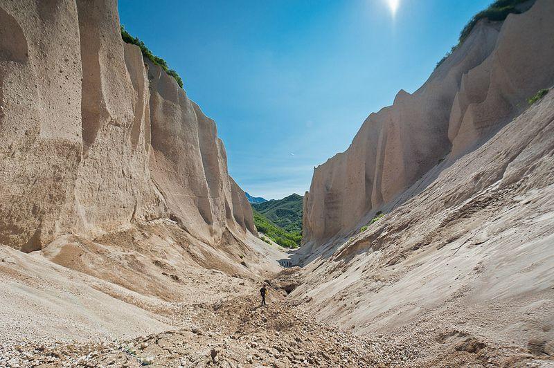 Barcos gigantes en vertical. Kutkhiny Baty es un valle único y raro compuesto de ligera y blanquecina piedra pómez.