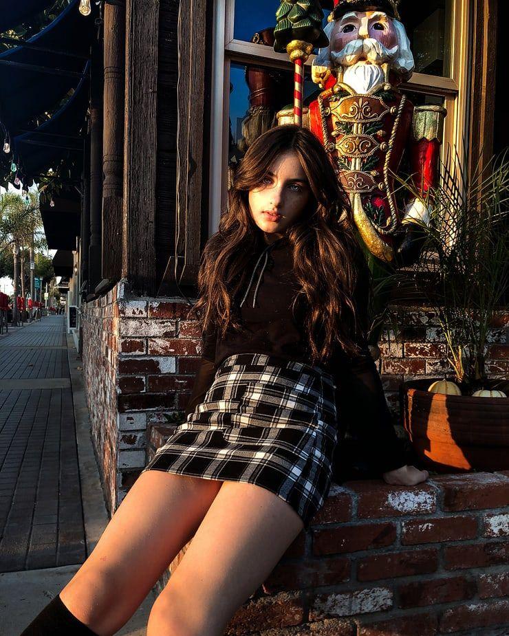 制服スカートの10代女子校生が野外で着替える女性を盗撮した画像