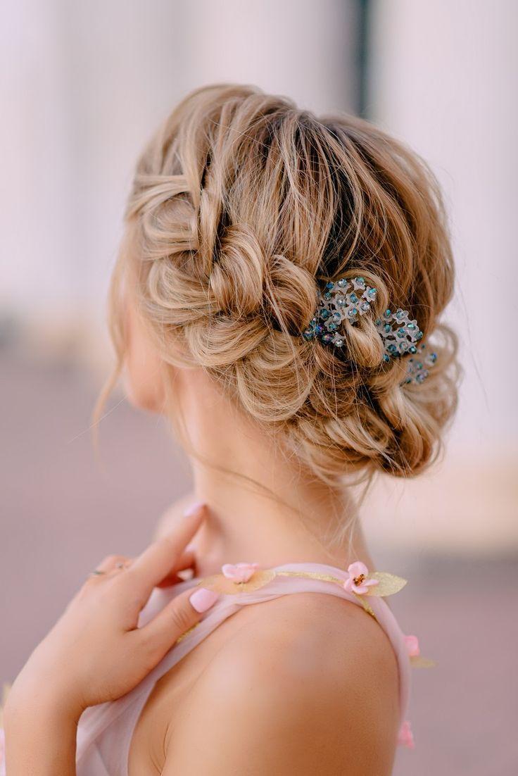 25 románticos peinados de novia con accesorios para el cabello – caja de boda