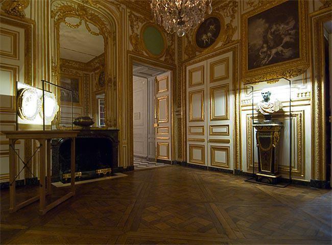 L'antichambre des Chiens, ainsi nommée car Louis XV y hébergeait ses chiens  de chasse. Créée en 1738, on y avait alors remployé les l… | Billard, Louis  xiv, Lambris