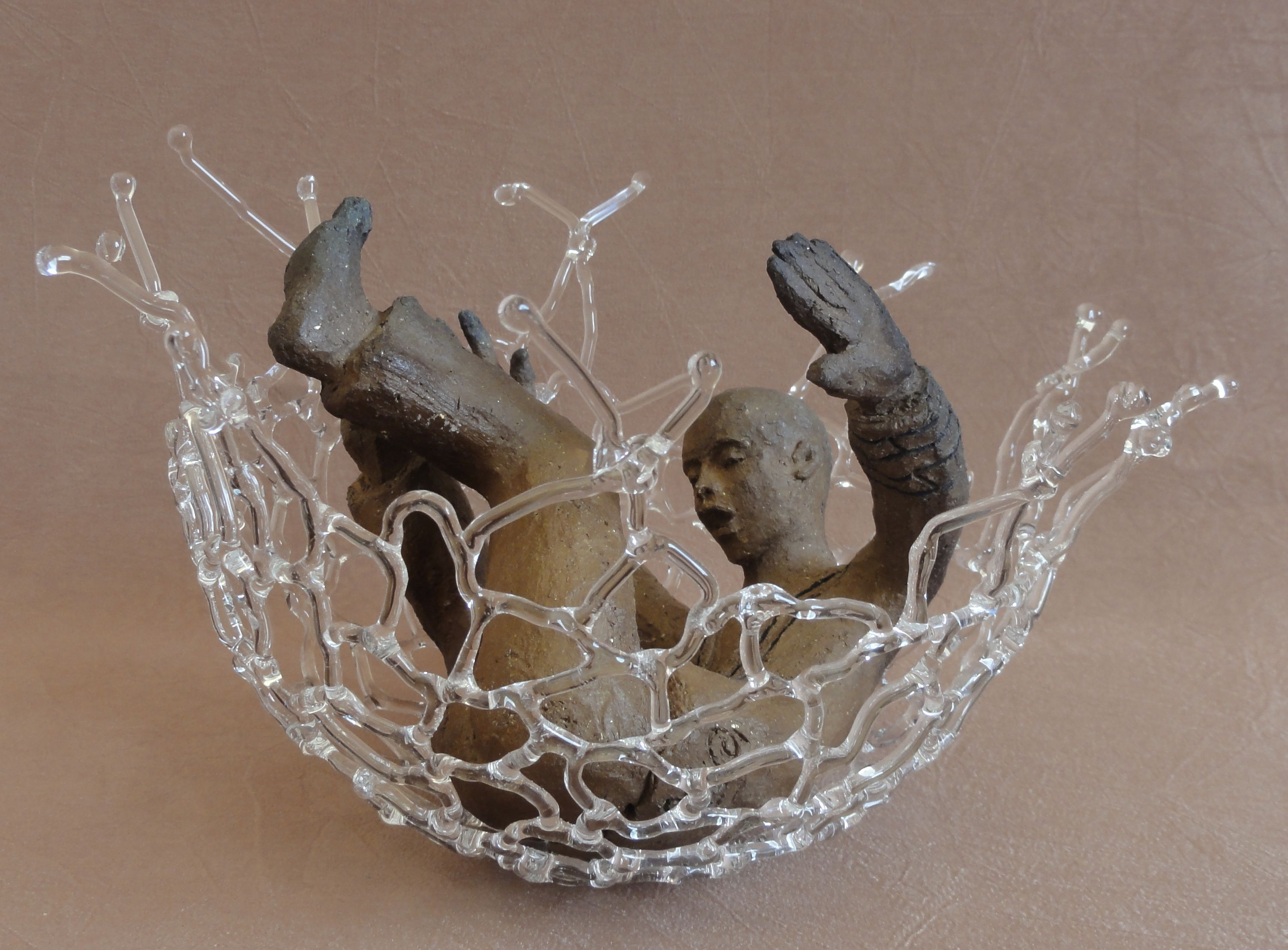 """sculpture céramique et verre. Titre """"accueilli !"""" de Corinne Joachim."""