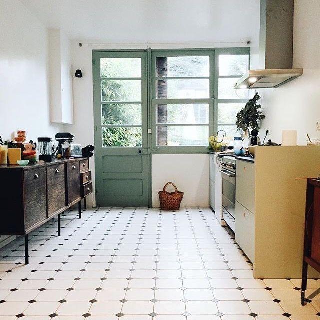 Küchenideen, Küchenfliesen, Weiße Fliesen, schwarz-weiß, grüne Tür ...