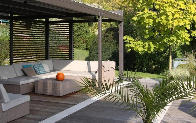 Pergola En Alu Et Salon De Jardin En Rotin Sur La Terrasse En Bois