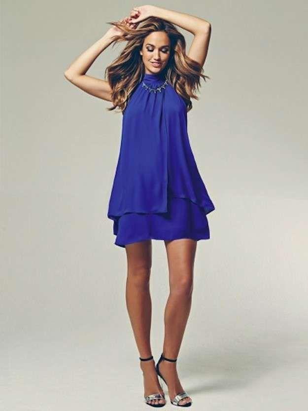 b6fd582c3 Cómo combinar las joyas con la ropa  fotos de los looks - Collar corto con vestido  azul