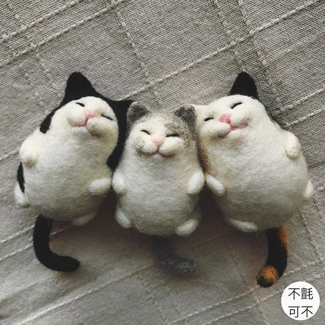 needle felted cats trio  chubby resting cats on their back very cute, great details  #feltedcat #needlefeltedcat