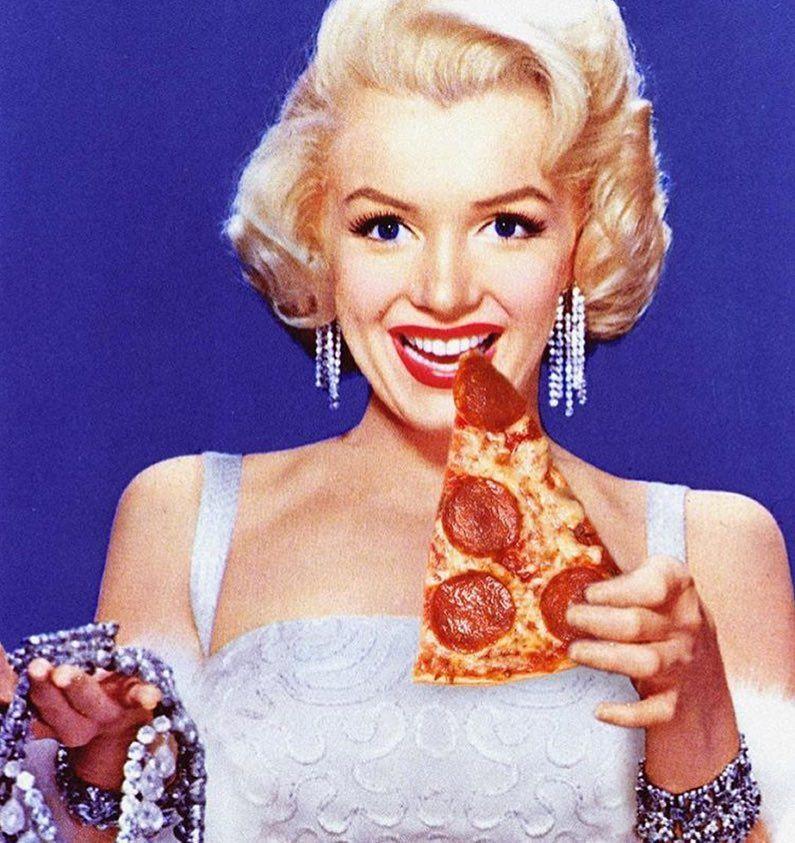 Cuando cambias los diamantes por pizza Etiqueta a la amiga que ama la pizza.  #FreshRevista (con imágenes) | Actrices, Marilyn monroe, Fotos
