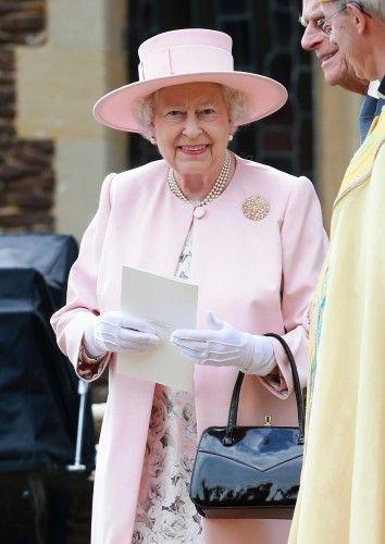 La grand-mère fière, la reine Elizabeth, avait l'air très heureux et fier au baptême de son arrière petite-fille.