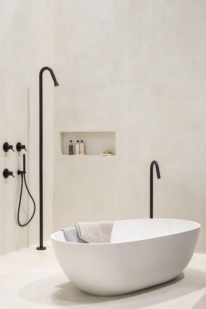 design voor de badkamer bad met vrijstaande badkraan uit de